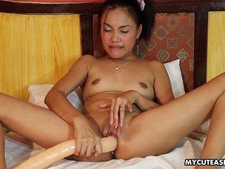 Randy fleeting Asian slut plays apropos a long sex toy